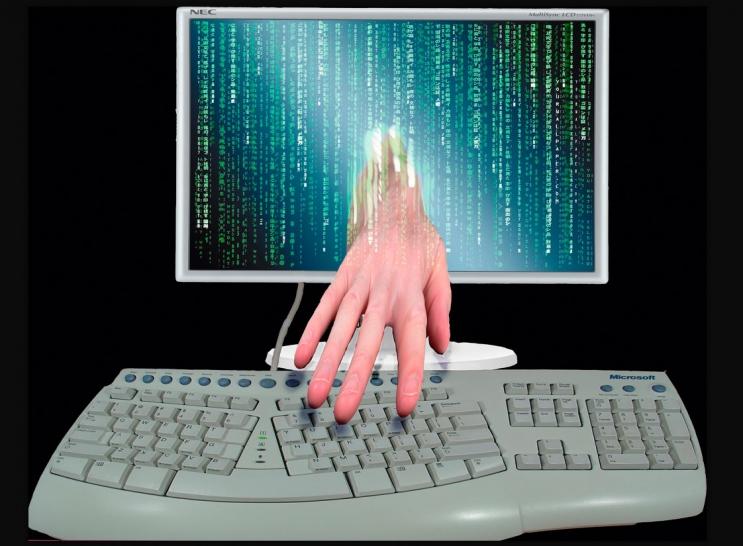 Ведьма изгоняет злых духов из компьютеров и смартфонов.