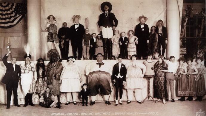 Похоже, единственный нормальный на этом фото только жираф в правом верхнем углу.