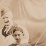 Посмотрите на лицо этого клоуна, он явно замыслил что-то недоброе.