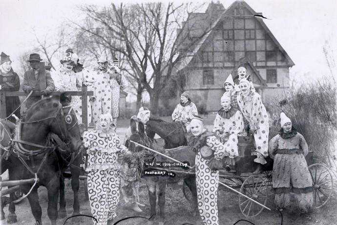 Они специально делали такие фото, будто из фильмов ужасов? Или тогда это было нормально?