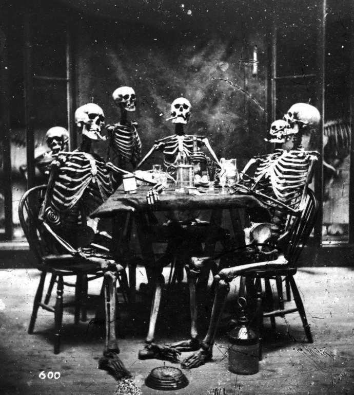 Шесть скелетов курят у обеденного стола, примерно 1865 год