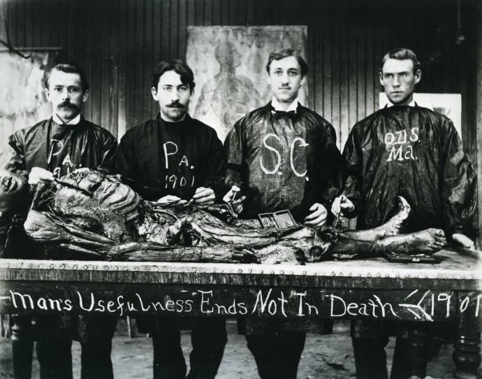 Учащиеся медицинской школы и объект их изучения в 1901 году