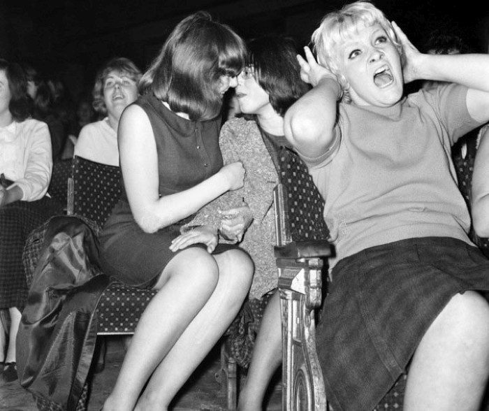 Девушки в истерике на концерте Beatles в 1964 году.
