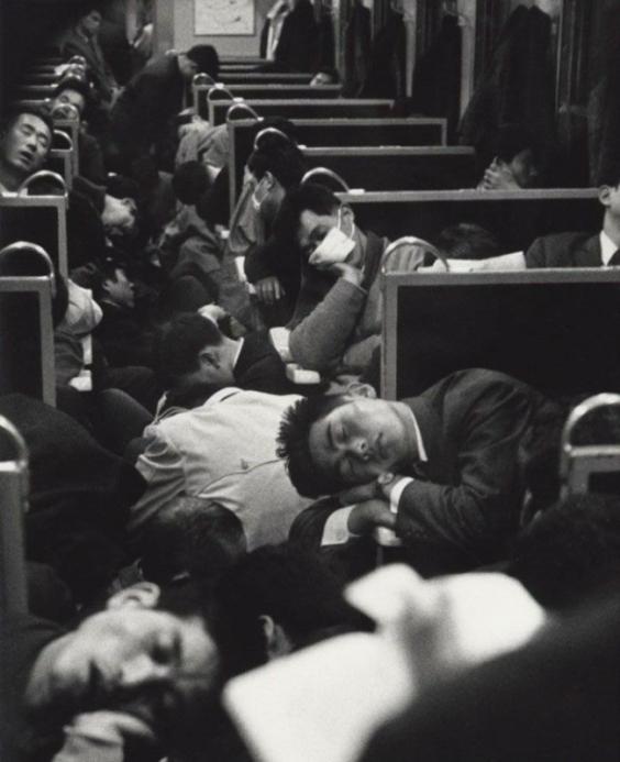 Утро, Япония, люди едут на работу. 1964 год.