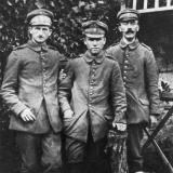 Справа с хипстерскими усами сам Адольф Гитлер. Фото примерно 1916-19.