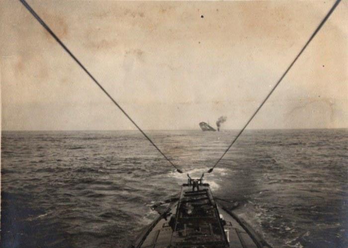 Германская подводная лодка затопила торговый корабль в Атлантике, 1915 год.