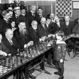 8-летний Сэмуэль Решевский обыгрывает несколько признанных мастеров игры в шахматы. Париж, 1920.