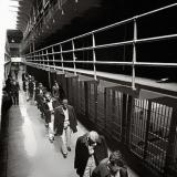 Последние заключенные покидают тюрьму Алькатраз, 1963.