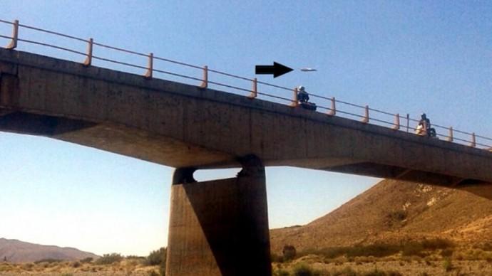 НЛО пролетел на фоне моста около города Ла Ринконада