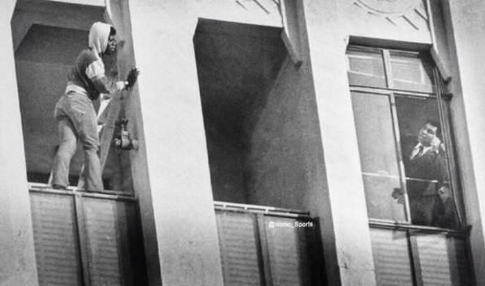 Мухаммед Али говорит с кем-то, чтобы отговорить его прыгнуть с балкона – 1981 год
