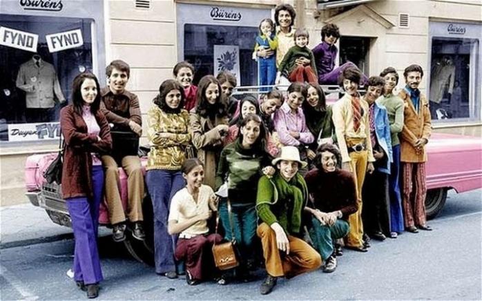 Молодой Усама бен Ладен со своей семьей в Швеции в 1970-х. Бен Ладен второй справа в зеленой рубашке и синих брюках