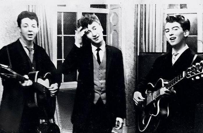 Пол Маккартни, Джон Леннон и Джордж Харрисон выступают на праздновании свадьбы — 1958 год