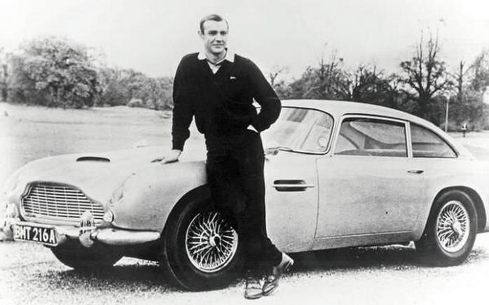 Шон Коннери в роли Джеймса Бонда позирует с Aston Martin DB5 – 1965 год