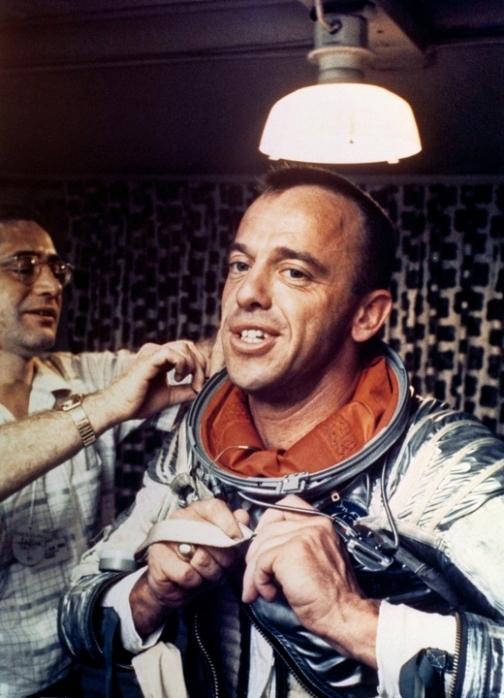 Алан Шепард, первый человек Америки в космосе, надевает скафандр ВМС Mark IV