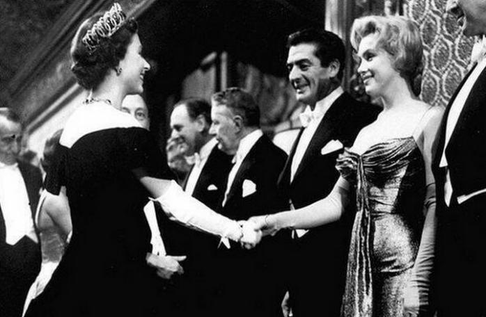 Мэрилин Монро встречает королеву Елизавету II – 1956