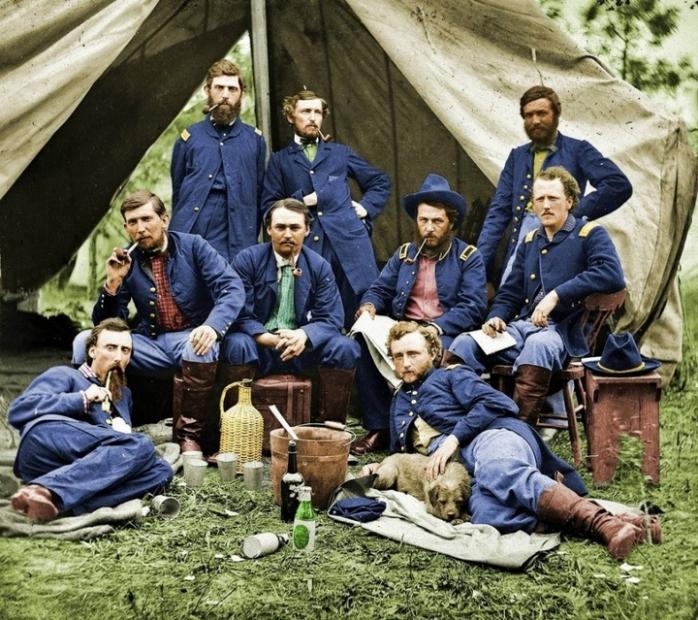 Джордж Армстронг Кастер и некоторые из его однополчан во время Гражданской войны в США. (Фото раскрашено)