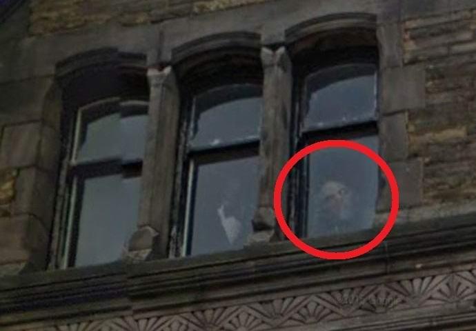 Призрак в окне Отеля