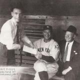 Фрэнк Синатра берет автограф у Лу Герига в 1939 году