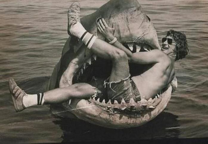 Стивен Спилберг сидит в механической акуле