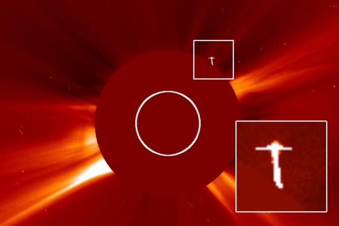 Фотография НЛО возле Солнца