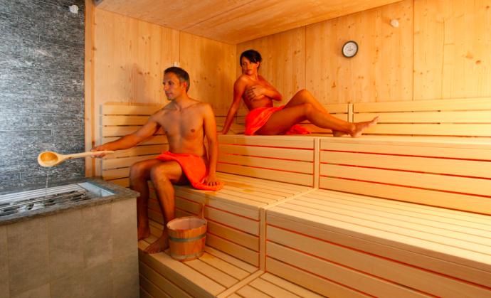 фото мужчины и женщины в бане