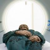 Мумия Михаила Орловица выезжает из томографа в медицинском центре Седарс-Синаи в Лос-Анджелесе