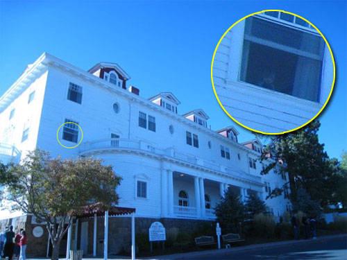 «Это фото отеля Stanley. В одном из окон видна полупрозрачная фигура маленького мальчика. Интересно, что люди, находящиеся приме