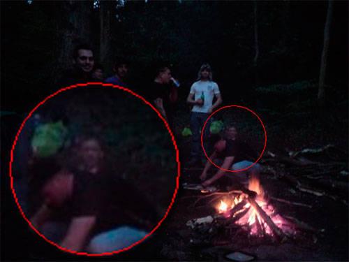 «Это фото было сделано несколько недель назад, когда мы с друзьями выбрались на природу. Из-за спины одного из нас, кажется, выг