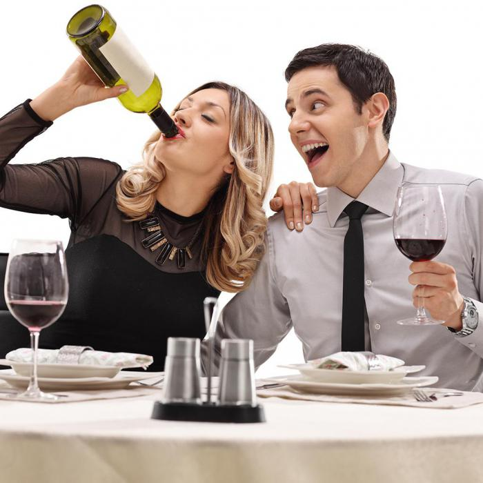 Двое пьют картинка