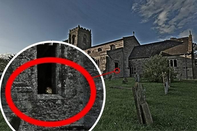 Призрак в окне заброшенной церкви