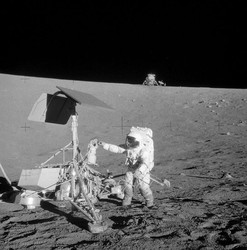 Астронавт Алан Бин (Alan Bean) с Аполлона-12 добрался до зонда Surveyor 3, но не убедил скептиков, что был на Луне..