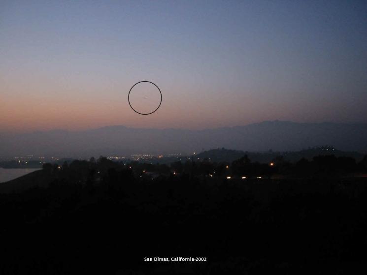 НЛО, 2002 год - Сан-Димас, штат Калифорния - 21 апреля.