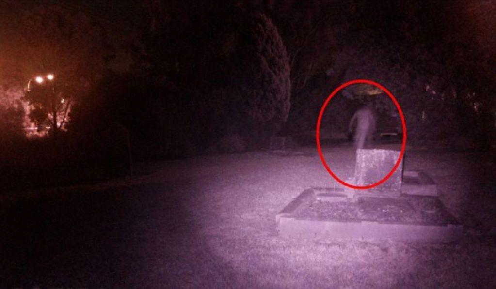 Фотография призрака на кладбище