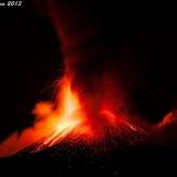 Красивое ночное извержение вулкана