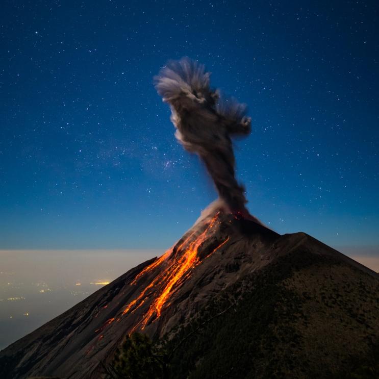Извержение вулкана ночью