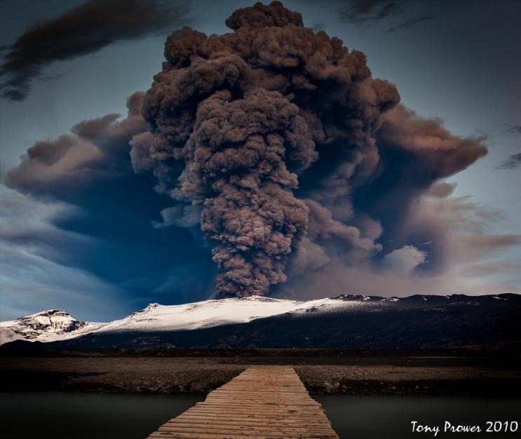 Мощное ночное извержение вулкана