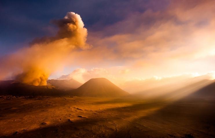 Красивое извержение вулкана