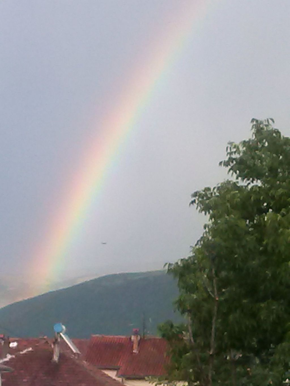 НЛО на фоне радуги