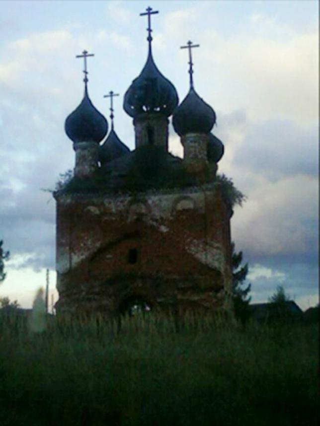 Призрак на фоне старой церкви
