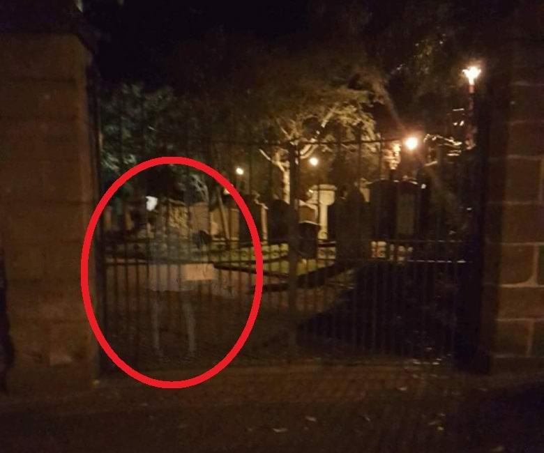 Призрак на кладбише в Шотландии
