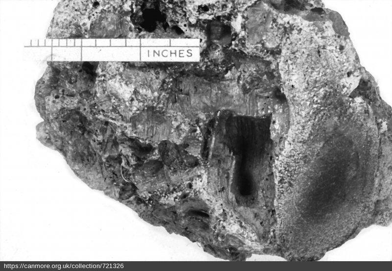 Кусок стекла из древних развалин Dun Mac Sniachan (Шотландия).