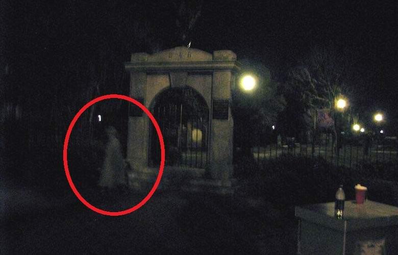 Призрак возле кладбища