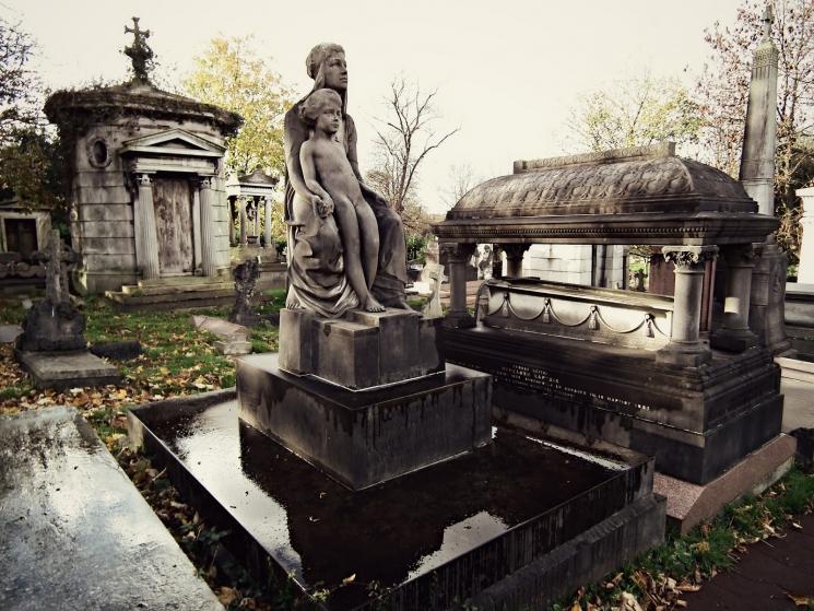 Занималась сексом на кладбище