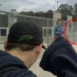 Призрак мужчины в костюме попал на фото