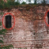 Фото Космопоиска с призраками в окнах Веретьева погоста