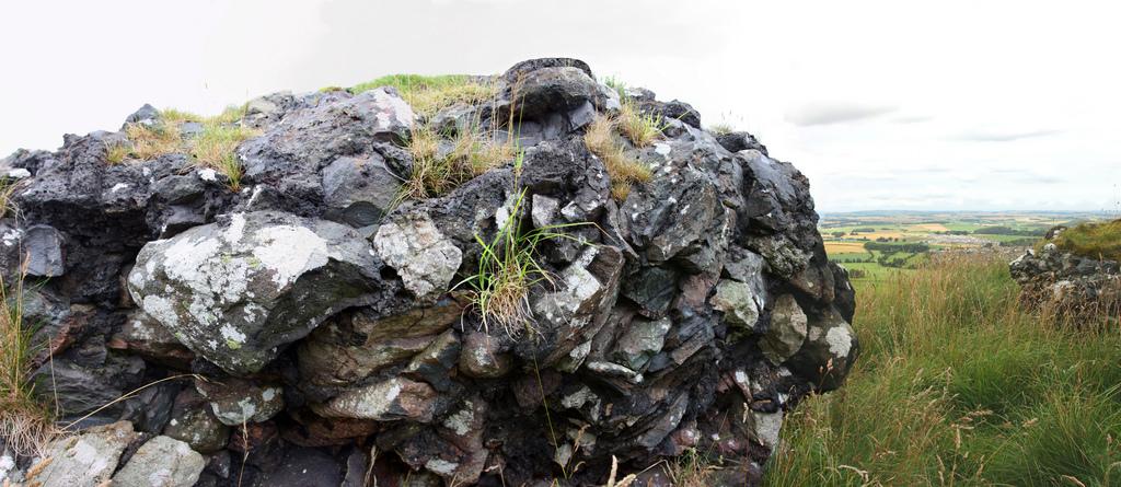 Камни со стеклом из развалин замка Dunnideer Castle (Абердиншир, Шотландия).