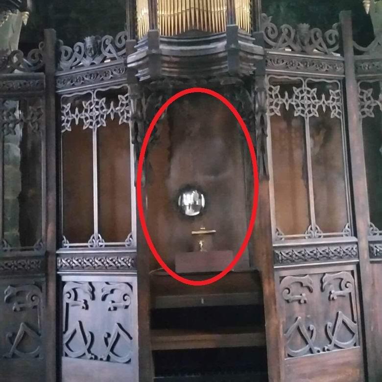 Сфотографировали призрака в старой церкви