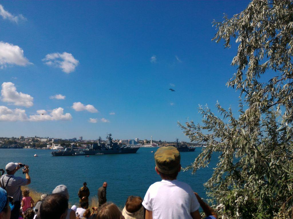 НЛО попало на фотографию в день ВМФ в Севастополе