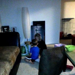 Призрак играет с ребенком