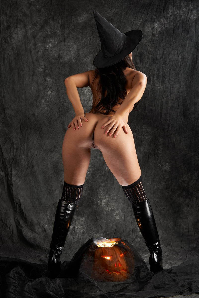 nudy-naked-halloween-booty